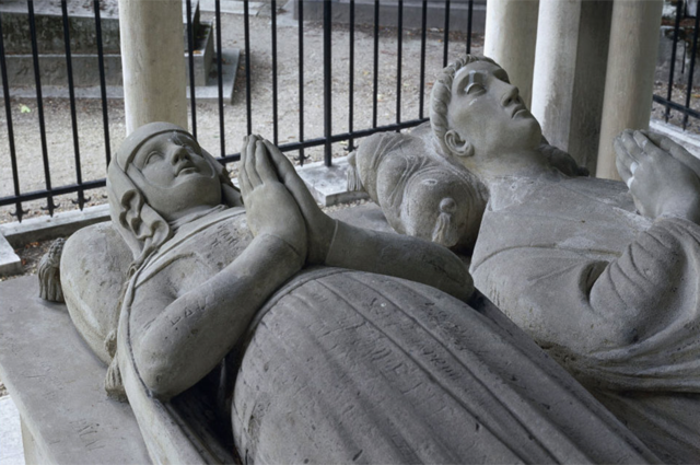 A close-up of the tomb of Héloïse and Abélard whose calamities played out painfully.