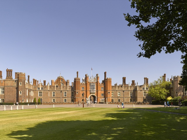 The Tudor west front of Hampton Court Palace shows the Great Gatehouse, built by Cardinal Wolsey, in the center.